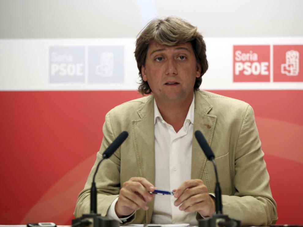 El secretario provincial del PSOE y alcalde deSoria, Carlos Martínez, en una rueda de prensa en la sede socialista