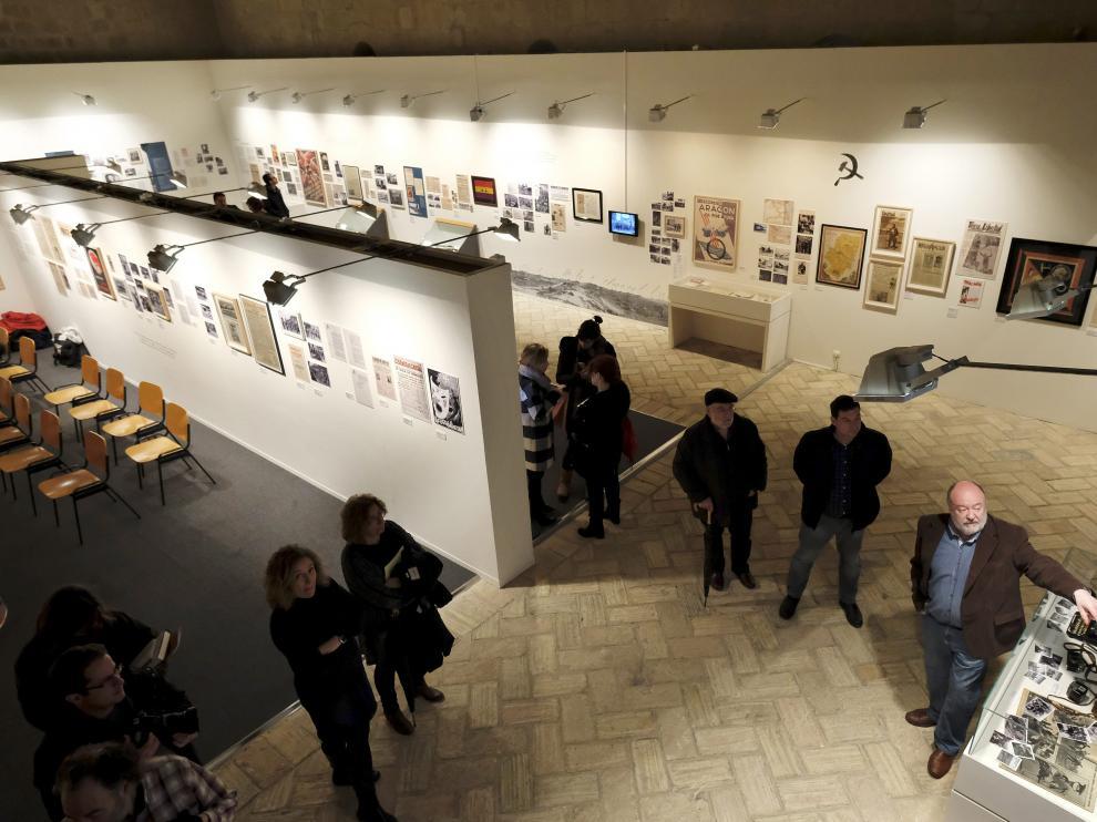 Víctor Pardo, comisario de la exposición, explicó varios de los contenidos de 'Orwell toma café en Huesca'.