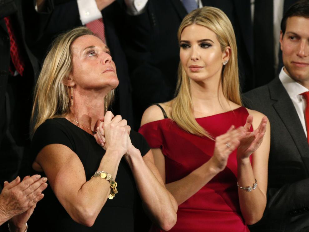 Ivanka al lado de la viuda del Navy Seal.