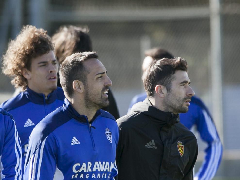 José Enrique, junto a Cani, con Feltscher detrás, en un momento del entrenamiento de este sábado.