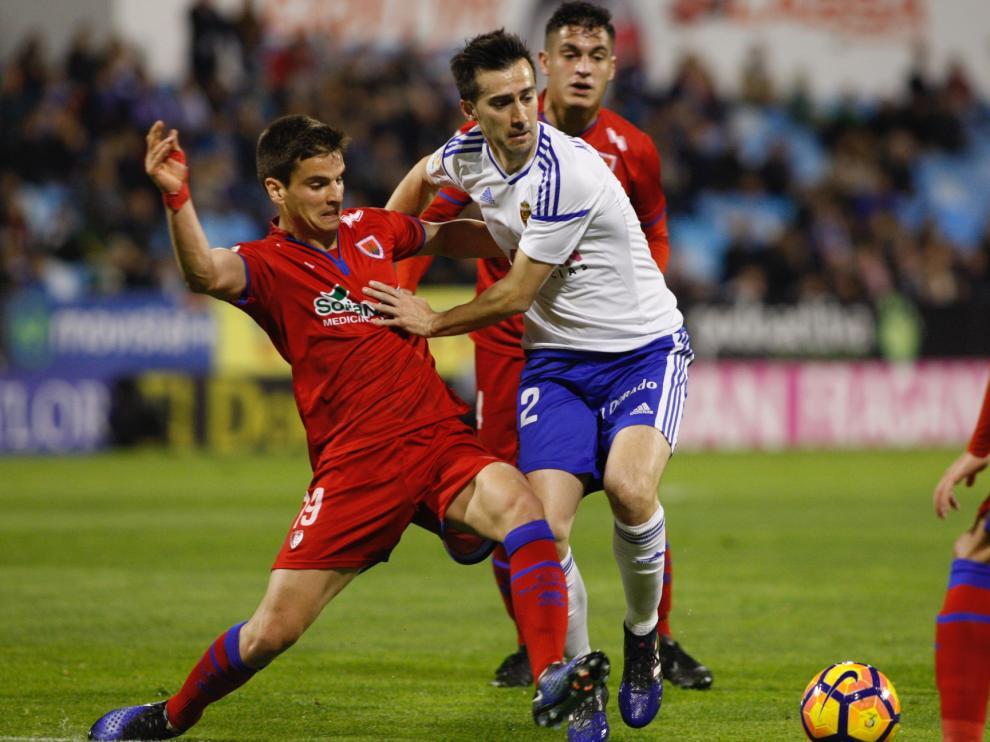 Lanzarote pugna con Galarreta por un balón en el Zaragoza-Numancia.
