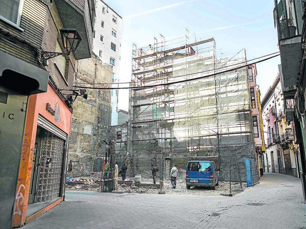 El nuevo solar tras el derribo del inmueble de la esquina de la calle Carrica y Contamina