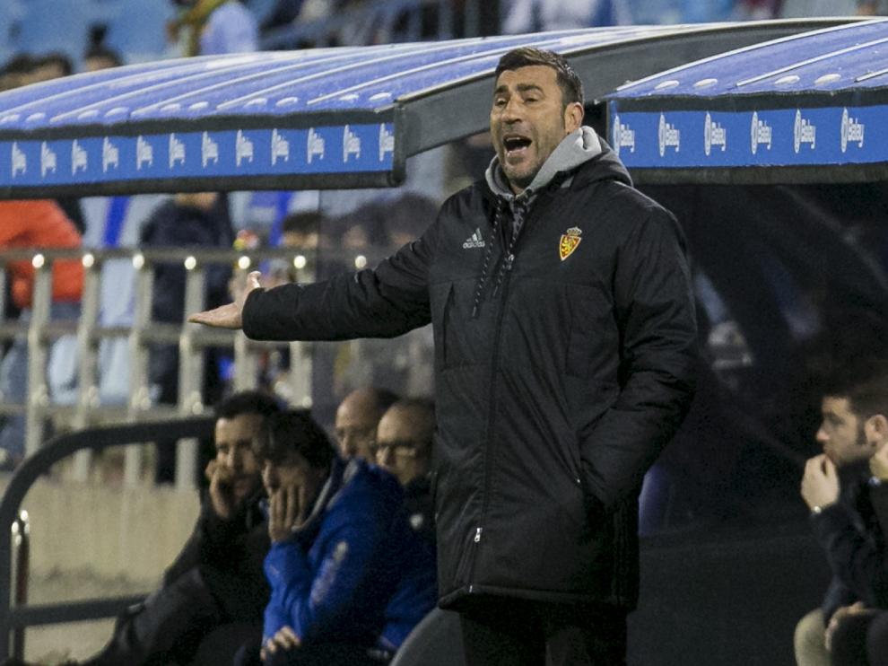 Raúl Agné, en plena fase de explicaciones a sus jugadores durante el transcurso del juego en el Real Zaragoza-Numancia del este pasado domingo.