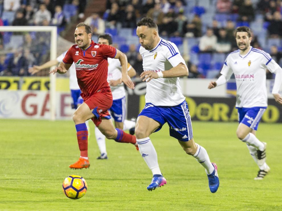 Xumetra, este pasado domingo durante el partido Real Zaragoza-Numancia, intenta escapar en velocidad de la marca de Medina.