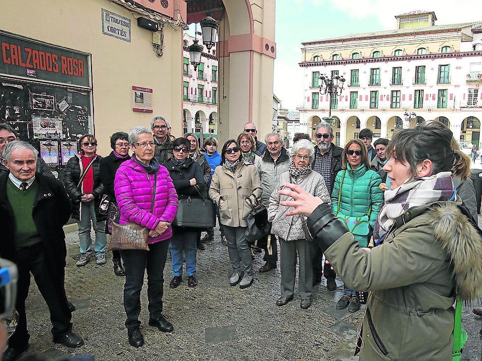 Vecinos de Zaragoza que participaron en la visita guiada por Huesca ayer a las 11.00.
