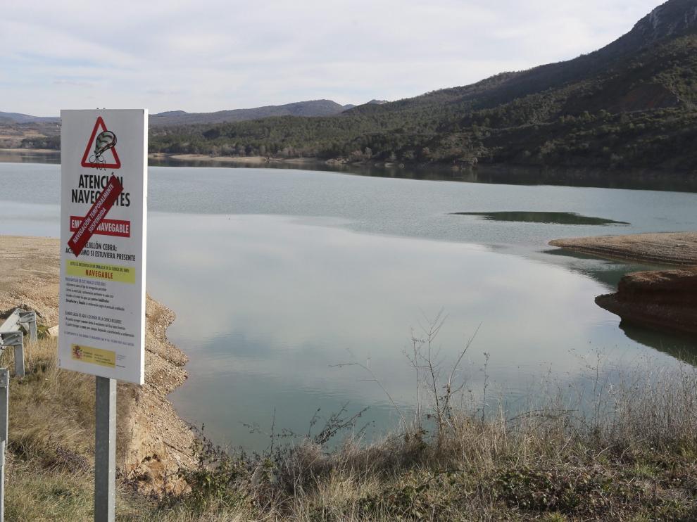 Varios carteles advierten de que la navegación está temporalmente suspendida en Barasona.