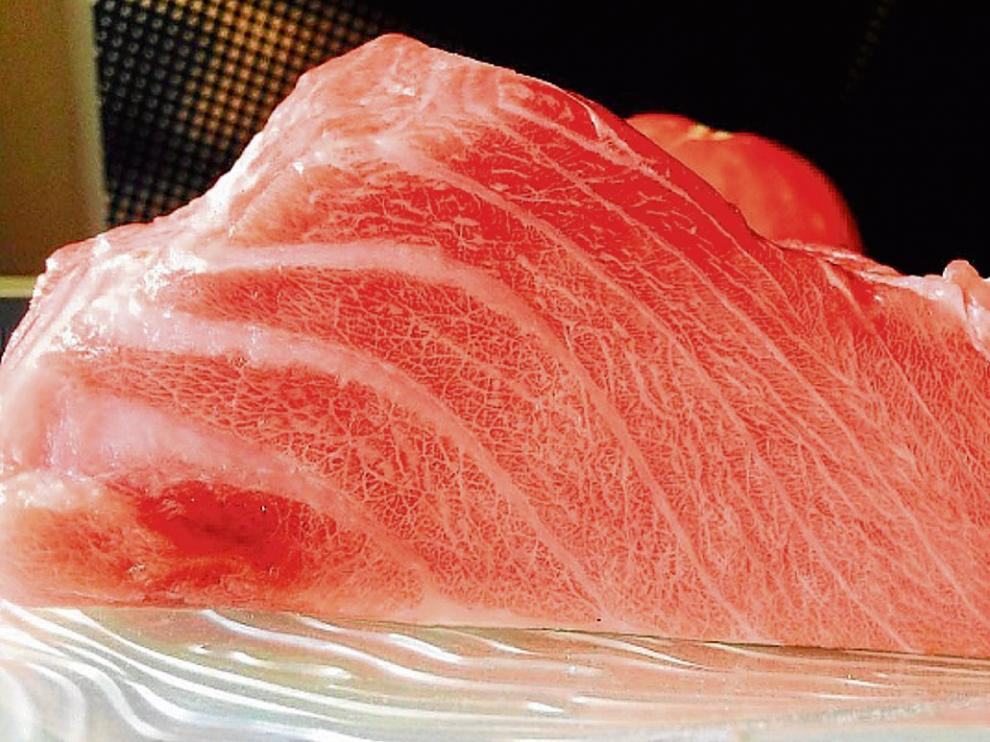 Corte de sabrosa ventresca de atún rojo del Grupo Balfegó, de La Ametlla de Mar.