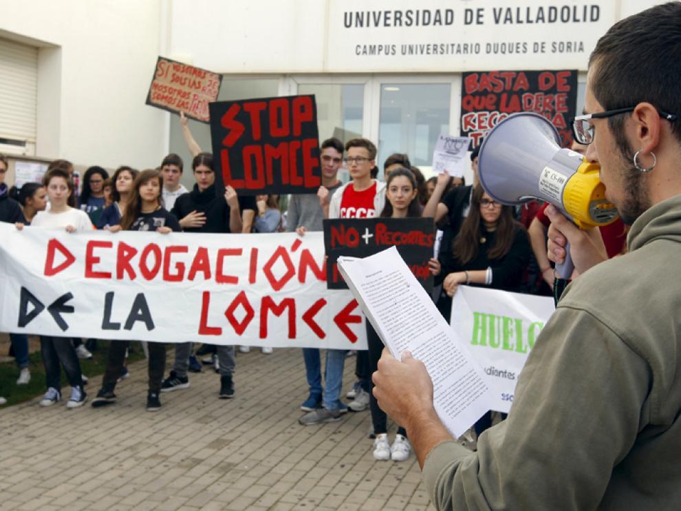 Fotografía de archivo de una concentración frente al Campus de Soria en protesta por la LOMCE y los recortes