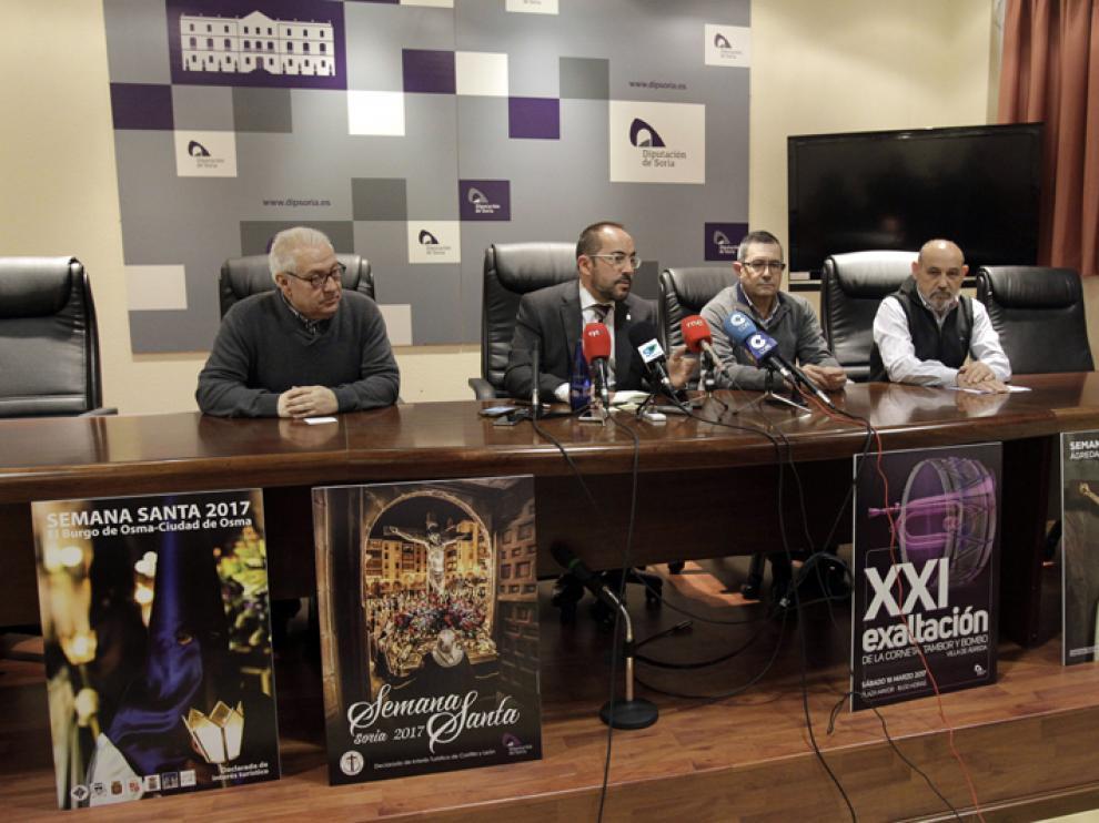 El presidente de la Diputación de Soria, Luis Rey, ha presentado los carteles de las tres principales celebraciones de Semana Santa junto a representantes de tres cofrafías