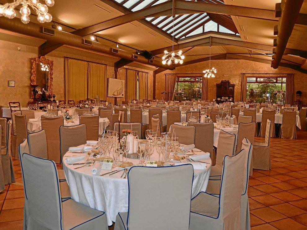Uno de los salones del restaurante Doña Juana, preparado para un banquete.