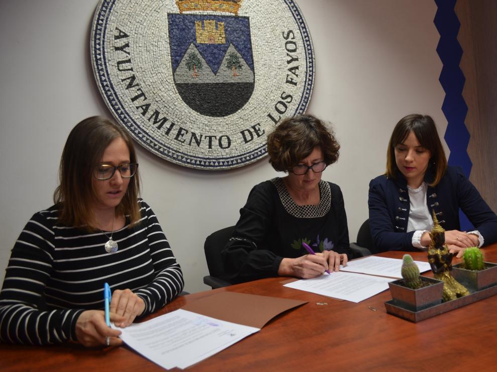 La firma del convenio permitirá mejorar la situación de los gatos en el pueblo fayano.
