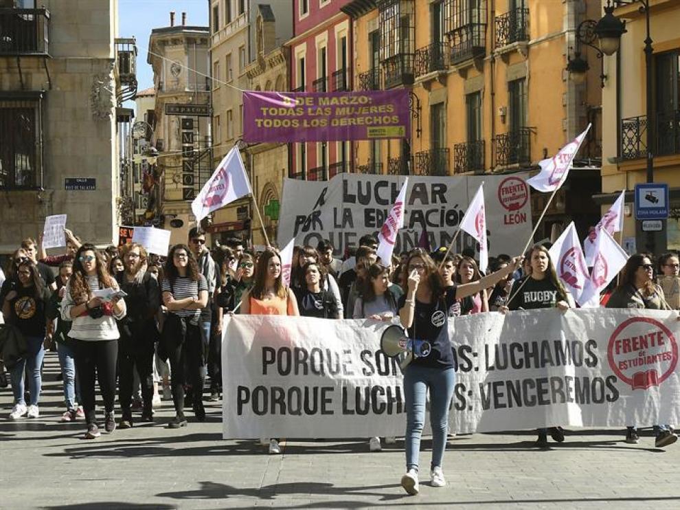 Varios de los centenares de estudiantes que se han manifestado hoy León durante la jornada de huelga general de enseñanza públic