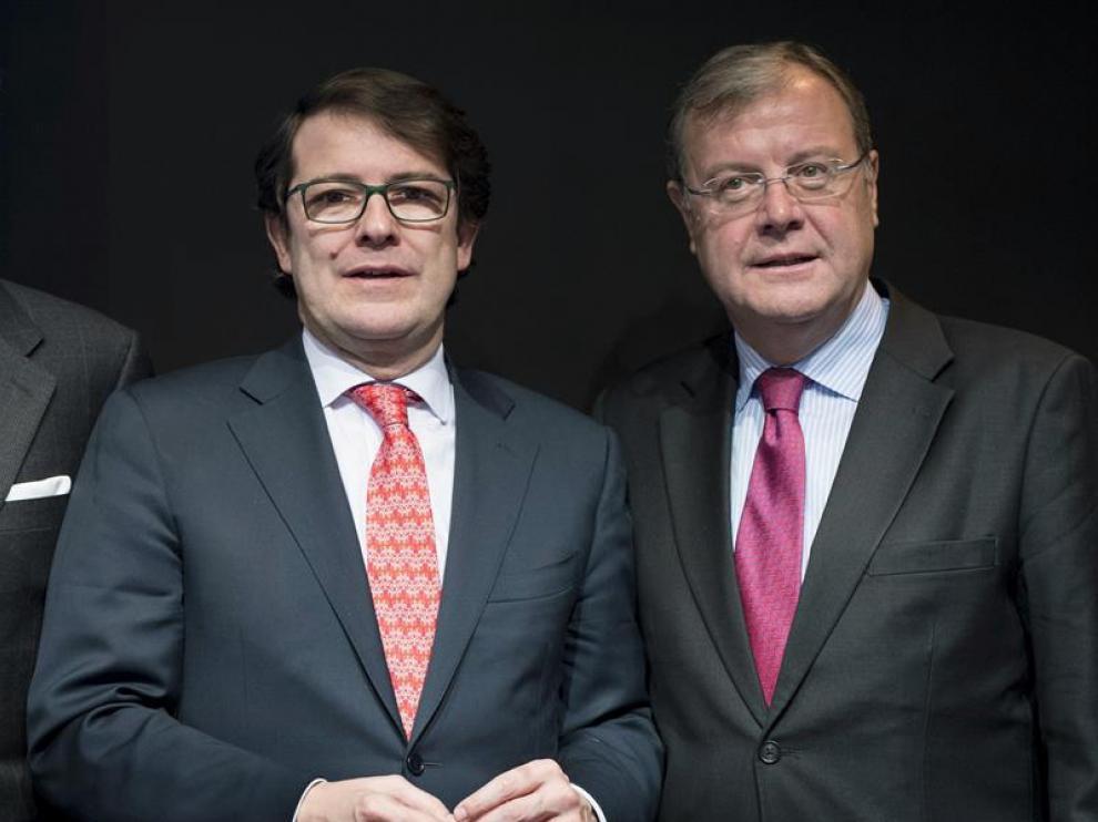 Alfonso Fernández Mañueco, a la izquierda, y Antonio Silván han confirmado sus precandidaturas a la Presidencia del PP de CyL