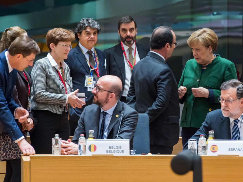 Merkel habla con Hollande por detrás de Rajoy en la reunión de este viernes.