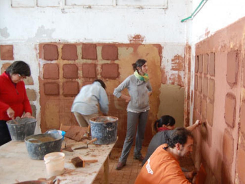 Alumnos del Instituto Español de Bioconstrucción en Oncins.