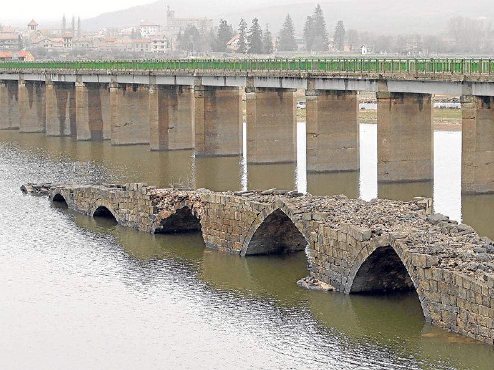 El puente pasa buena parte del año bajo las aguas del pantano, lo que acelera su deterioro.