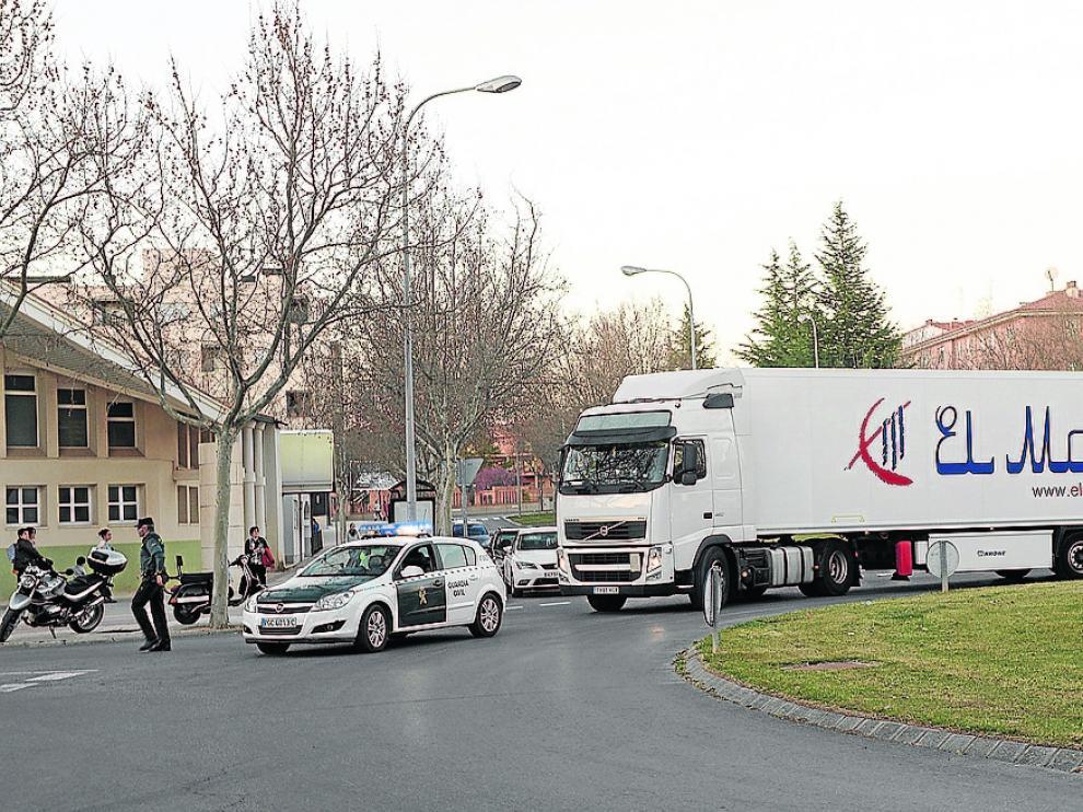 El camión en el que viajaban ocultos ocho kurdos, al llegar a Teruel escoltado por la Guardia Civil.