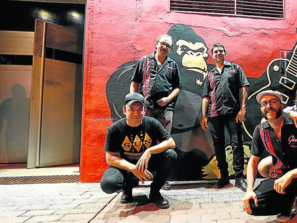 El músico Cuti, el propietario de la sala, Agustín Gil, Santi Castillo, Tomás Gómez e Iñaki Villuendas, a las puertas de la sala King Kong cuando reabrió el 11 de septiembre de 2015.