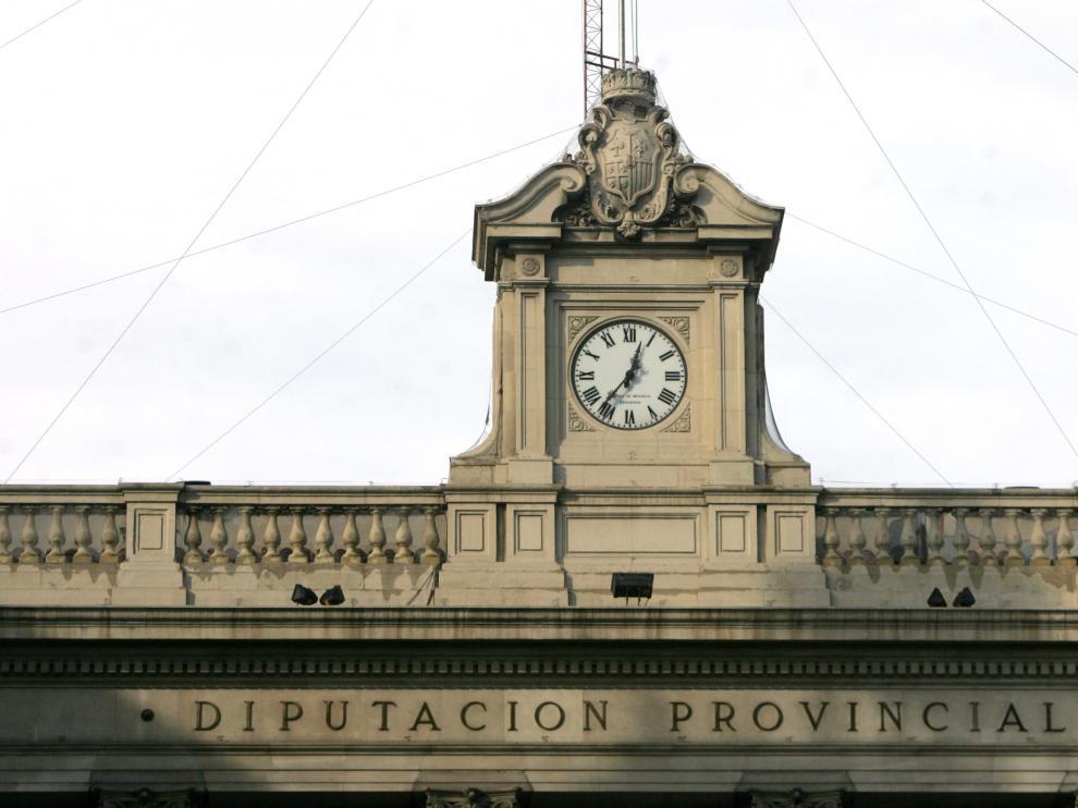 El reloj del edificio de la DPZ, en la plaza de España de Zaragoza, con su IIII para marcar las cuatro.