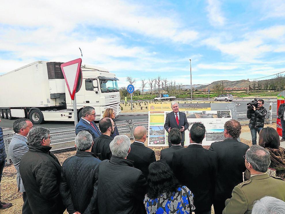Gustavo Alcalde, durante su alocución frente a la nueva rotonda de la N-240 en el cruce de Tierz.