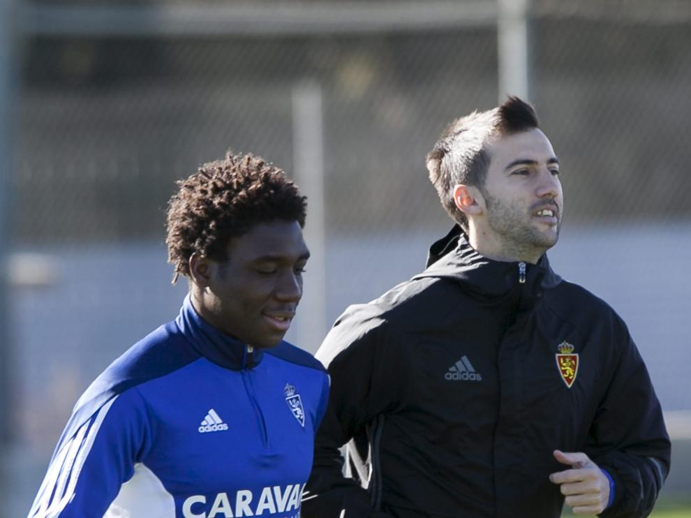 Jean Marie Dongou trota junto a Manu Lanzarote, durante un entrenamiento.