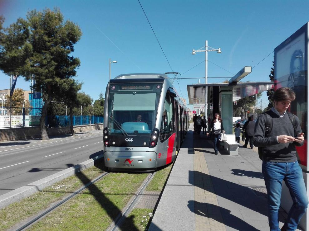 El tranvía en la parada de Argualas, en Valdespartera