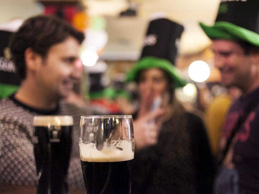 Celebración de la fiesta de San Patricio en el bar Flaherty's de Zaragoza.