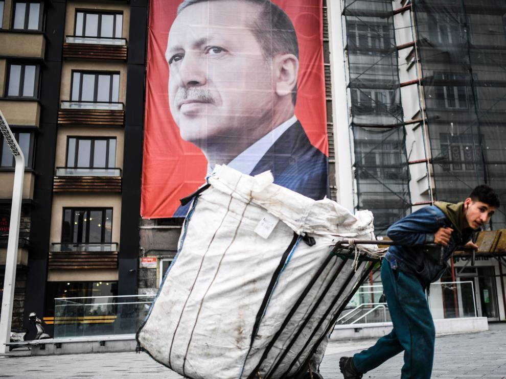 Un cartelón con la efigie de Erdogan adorna la plaza Taksim, en el centro de Estambul