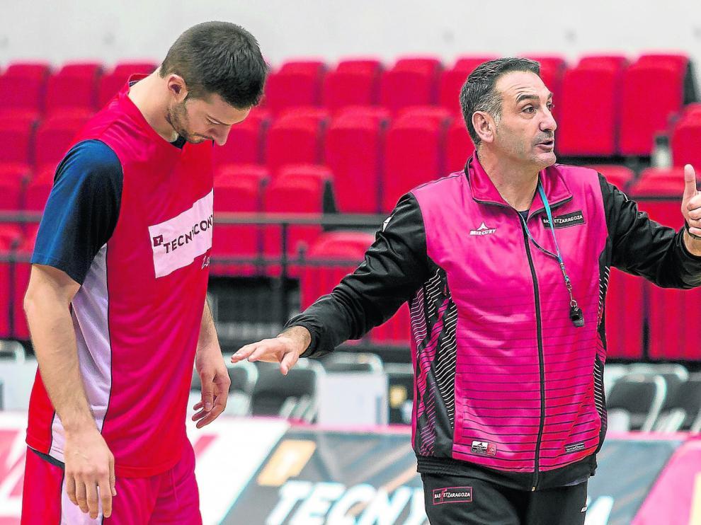 Stevan Jelovac, ala-pívot del Tecnyconta Zaragoza, con el entrenador Luis Guil.