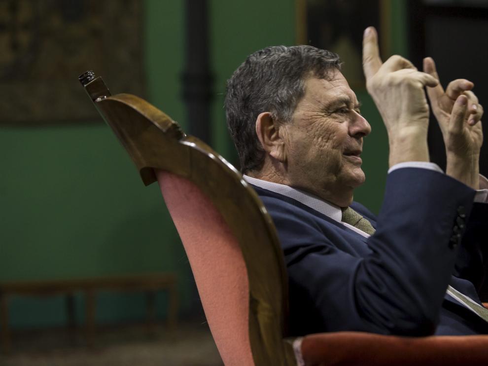 Manuel López, sentado en una de las salas del Paraninfo de la Universidad de Zaragoza durante la entrevista.