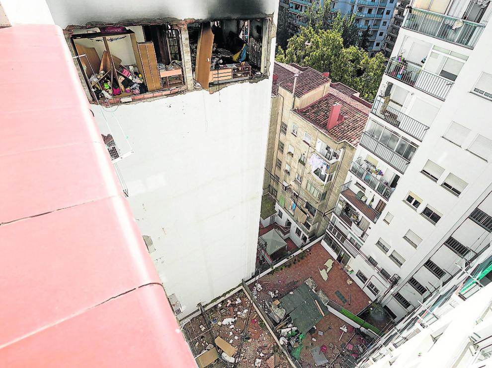 La onda expansiva derribó parte de la fachada del edificio