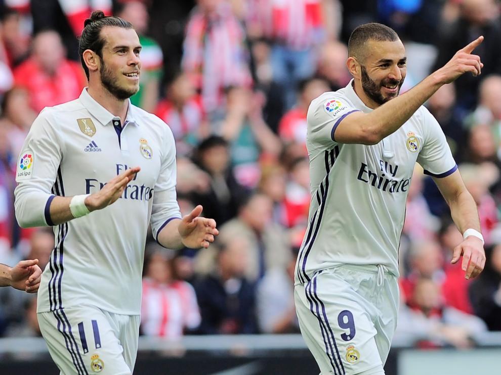 Benzema, junto a Bale, sonriente en San Mamés.