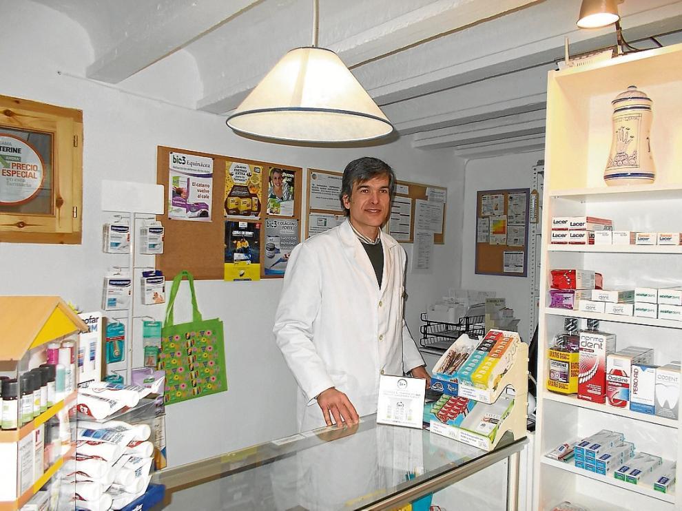 Daniel de María atiende cada día a los vecinos de Tabuenca en su farmacia.