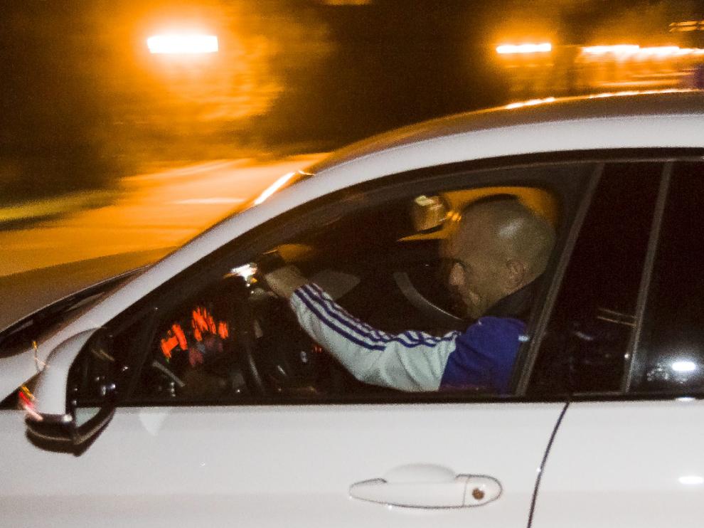 Láinez, en su coche a la entrada de la Ciudad Deportiva.