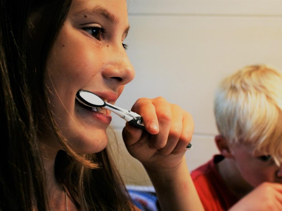 Los expertos aconsejan cuidar la salud bucodental desde la infancia para evitar problemas en la edad adulta.