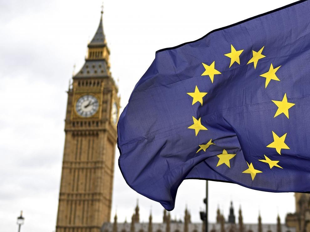 Una bandera europea delante del Big Ben