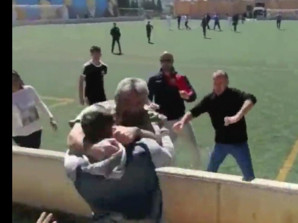 Imagen de un vídeo grabado por un aficionado en el estadio de Mallorca donde se disputaba el partido de infantiles.