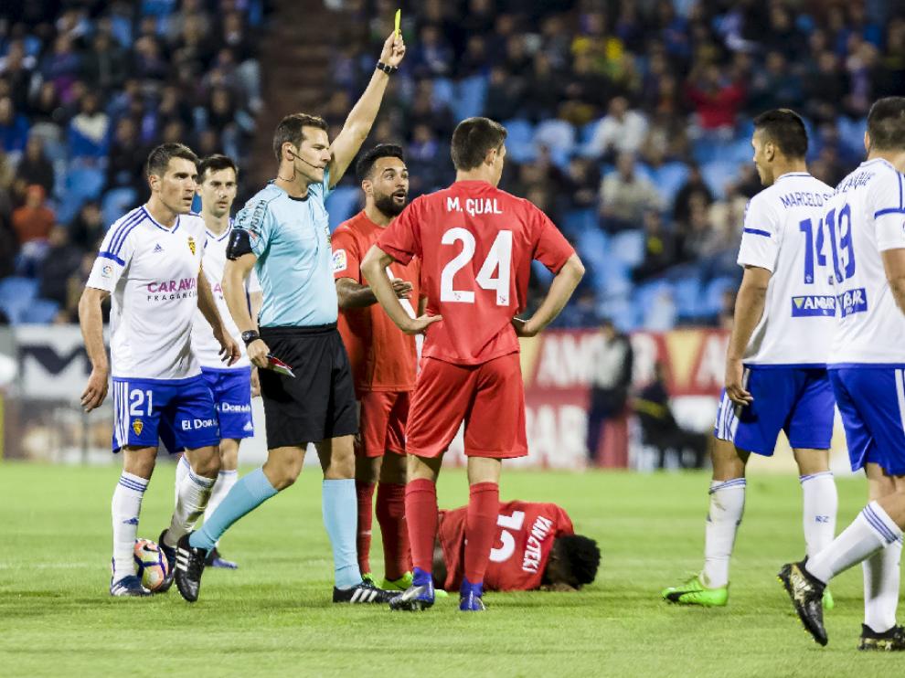 Momento en el que Pulido Santana amonesta por segunda vez a Marcelo Silva ante el Sevilla Atlético. Era el minuto 91 y, en verdad, no hubo falta sobre Yan Brice, que se queja en el suelo. El zaragocista fue expulsado.