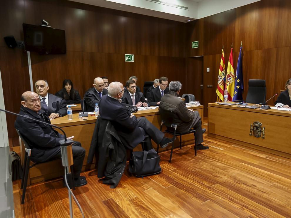 Sentados ante la juez, los acusados Becerril, Esco y García Becerril, durante la lectura del veredicto del jurado.