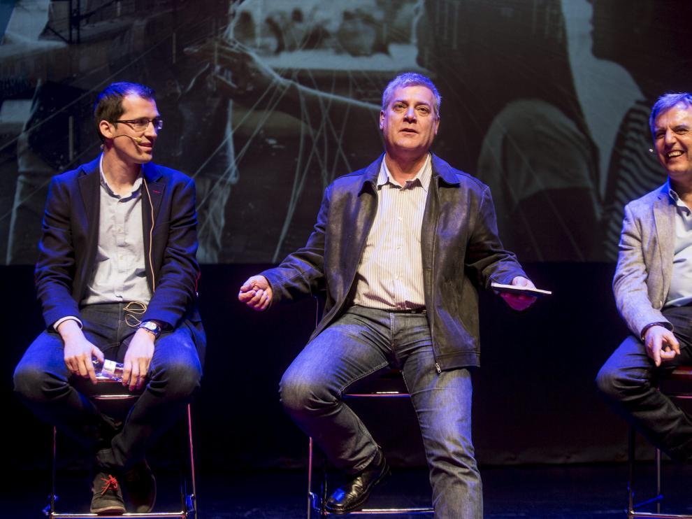Sergio López, director general de Hiberus; Ricardo Lop, propietario de Aceros Hispania, y Manuel Badal, director académico de Ceste, en el foro celebrado en el Teatro de las Esquinas.