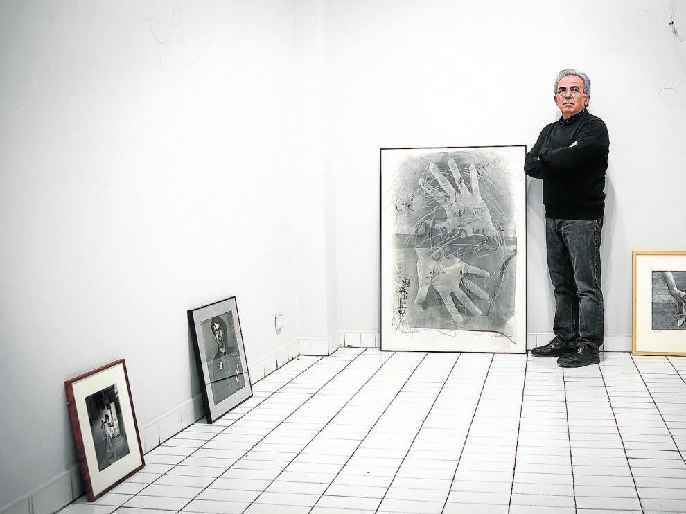El galerista Julio Álvarez, de Spectrum, junto a alguna obras
