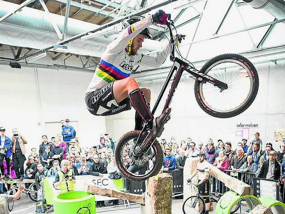Abel Mustieles mantiene el equilibrio en un obstáculo, en la Berlin Trials Cup.
