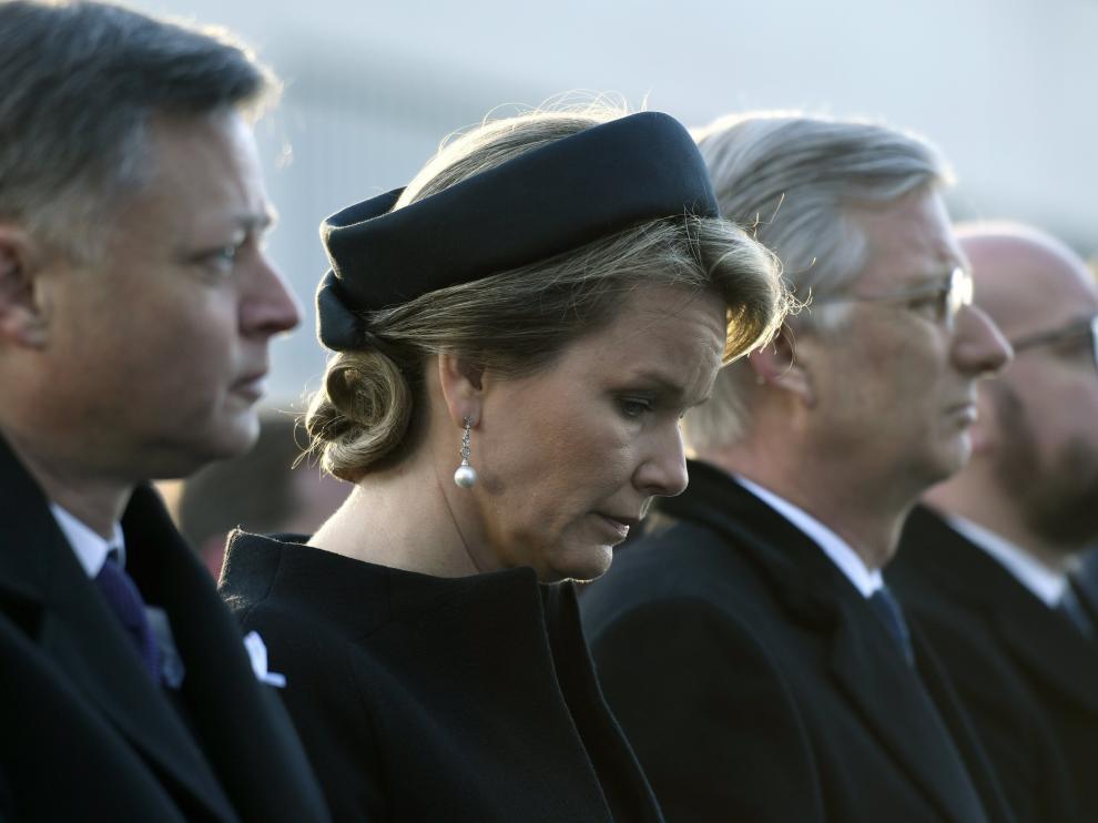 Los reyes de los belgas, Felipe y Matilde, y el primer ministro de Bélgica, Charles Michel, han guardado este miércolesun minuto de silencio en el aeropuerto de Bruselas.