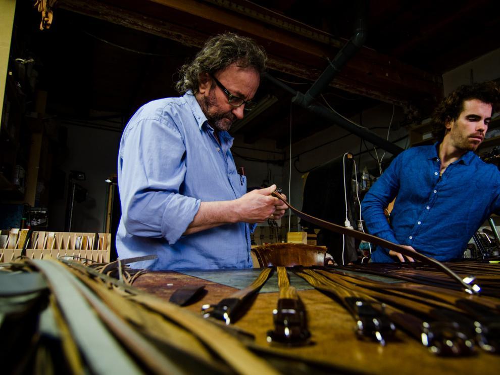 El emprendedor zaragozano Arán Lozano trabaja junto a su padre en el taller.