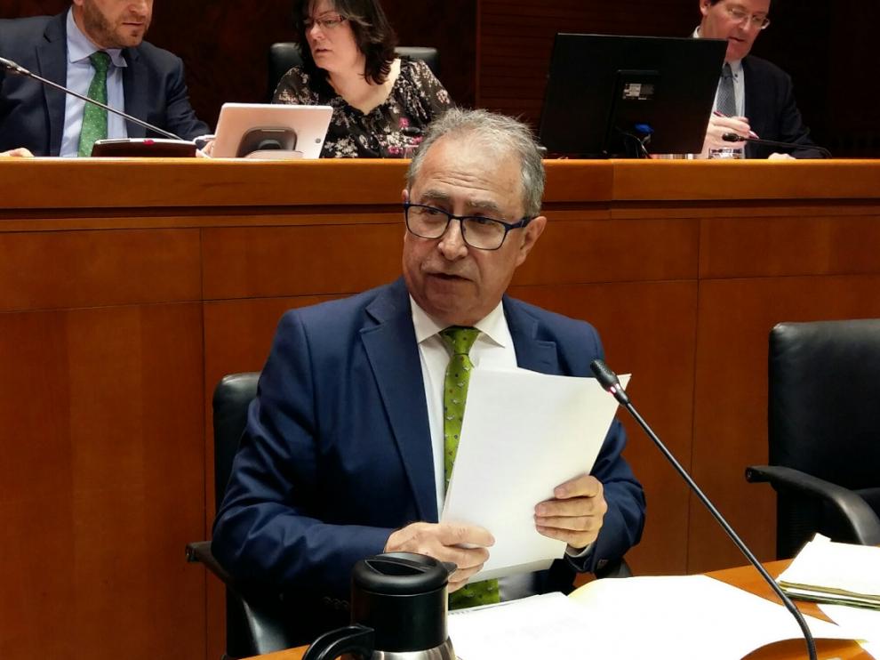 El consejero de Hacienda, Fernando Gimeno, en una comparecencia en la comisión de Hacienda de las Cortes.