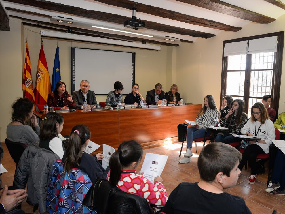 Los miembros de las Mesa de las Cortes presidieron un pleno juvenil con estudiantes del instituto y del colegio de Albarracín.
