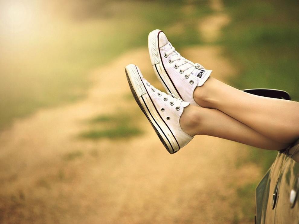 Los orificios centrales inferiores de algunas zapatillas fijan mejor el zapato al pie y evitan rozaduras o ampollas.