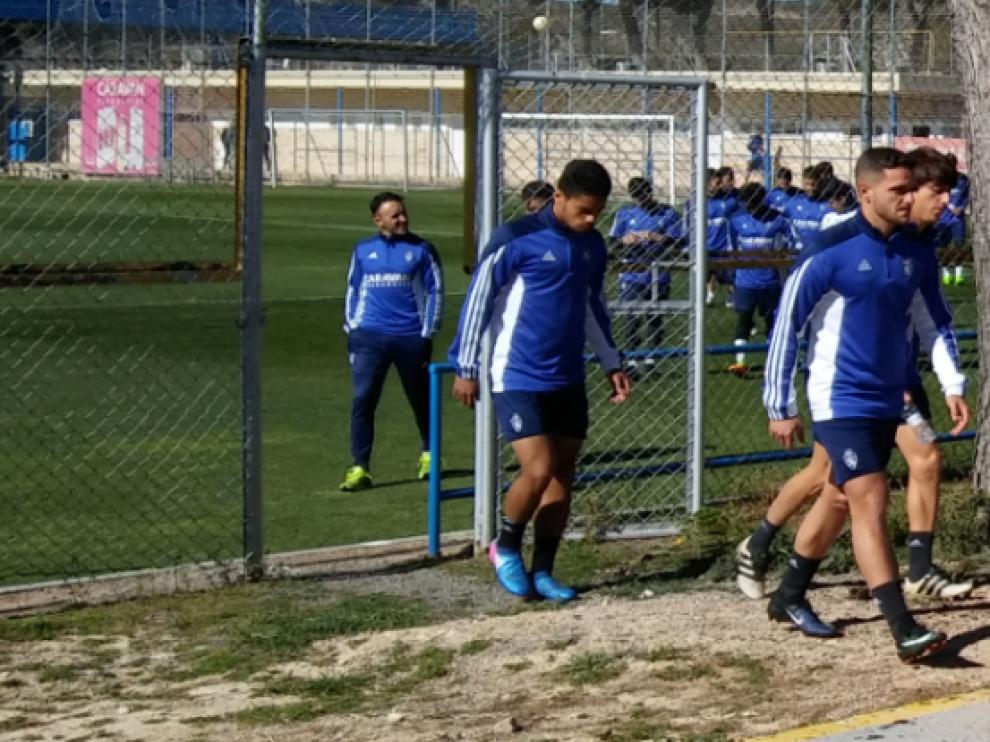 Xiscu, por delante de Delmás y Raí, al inicio del entrenamiento de este jueves, que no pudo acabar por su lesión.