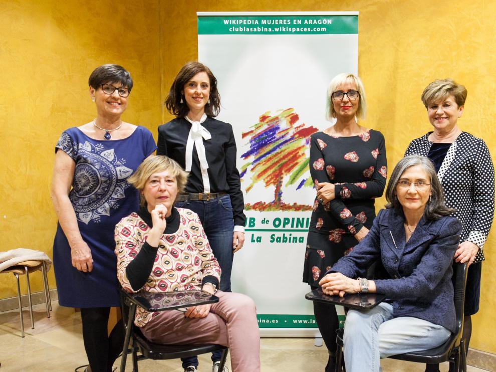 De izquierda a derecha, Elena Laseca, Irene Vallejo, Patricia Esteba y Gloria Labarta. Sentadas, Concha Monserrat y María Dubón.
