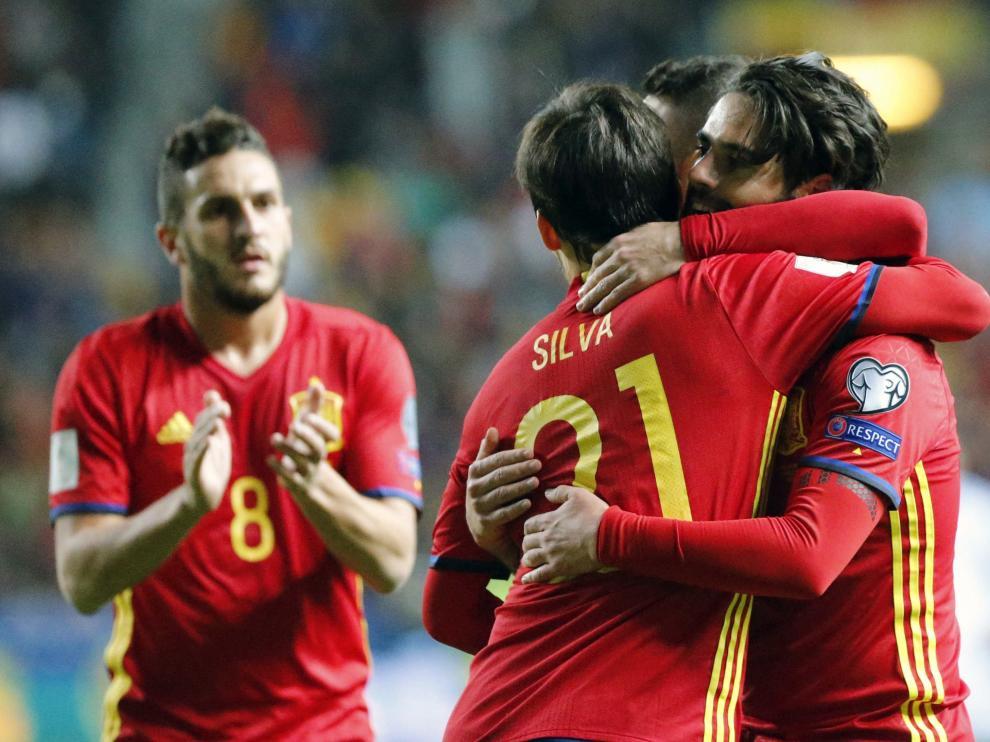 El centrocampista de la selección española de fútbol, Isco, es felicitado por Silva tras marcar el cuarto gol ante el Israel.
